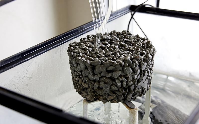 透水性コンクリートが水を通すことがわかる実験写真