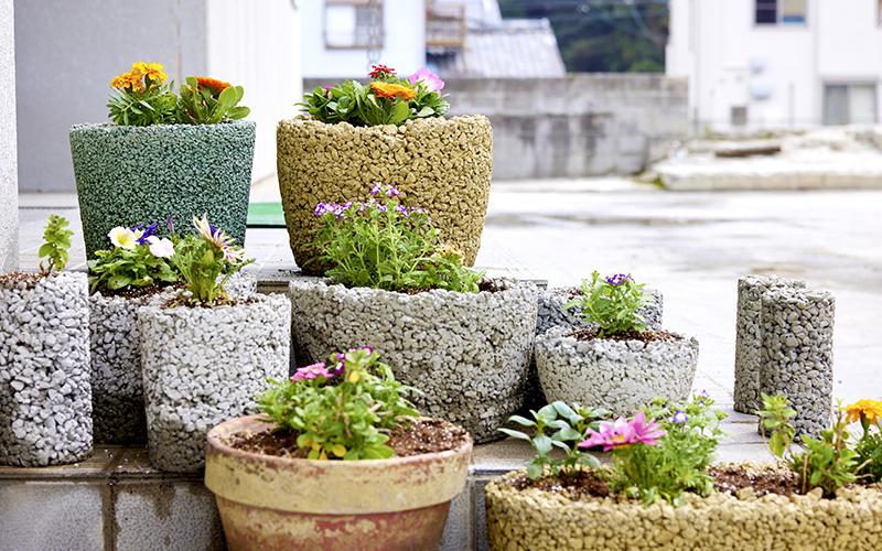 様々な形に加工できる透水性コンクリートで植木鉢を作り花を育てている